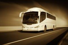 Bus in motie op de monochromatische weg, royalty-vrije stock foto