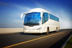 Bus in motie op de weg Stock Afbeelding