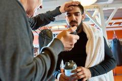 Bus Motivating Sportsman bij Praktijk stock afbeeldingen