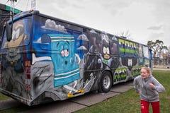 Bus o Russebuss di Russ in città di Halden, Norvegia Spongebob fotografie stock