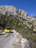 Bus op bergweg Sudak - Novy Svet in de Krim Royalty-vrije Stock Afbeeldingen