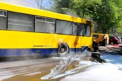 Bus op brand op de straat Royalty-vrije Stock Foto's
