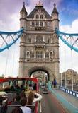 In bus op de Brug van de Toren in Londen. Royalty-vrije Stock Afbeeldingen