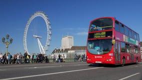 Bus op de Brug van Westminster met het Oog van Londen stock videobeelden