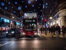 Bus op de Straat van Oxford, door het winkelen menigten, Kerstmisweek, Londen, Engeland wordt omringd dat Royalty-vrije Stock Foto's