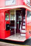 Bus op het voertuigeinde Toerisme en toeristische reis met legendarische dubbele dekauto Rode die bus op de straat wordt geparkee royalty-vrije stock foto's