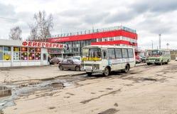 Bus pubblico alla fermata della stazione ferroviaria della centrale di Arcangelo Immagine Stock