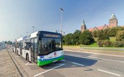Bus pubblico davanti all'attrazione principale della città - argine di Chrobry Fotografie Stock