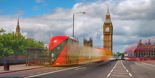 Bus rosso davanti a Big Ben fotografie stock libere da diritti