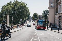 Bus rosso sul bus dell'itinerario R70 sulla via a Richmond, Londra, Regno Unito immagini stock libere da diritti