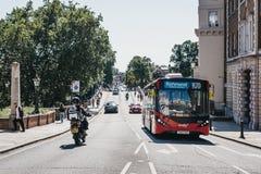 Bus rosso sul bus dell'itinerario R70 sulla via a Richmond, Londra, Regno Unito fotografia stock libera da diritti