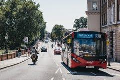 Bus rosso sul bus dell'itinerario R70 sulla via a Richmond, Londra, Regno Unito fotografie stock libere da diritti