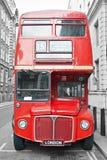 Bus rosso in via di Londra Immagini Stock Libere da Diritti