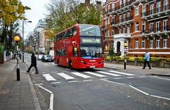 Bus rouge sur la route d'abbaye Image libre de droits