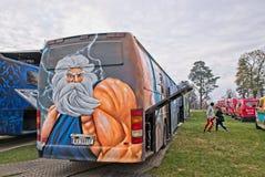 Bus Russebuss di Russ in città di Halden, del blu della Norvegia e dell'arte dettagliata porpora immagini stock libere da diritti