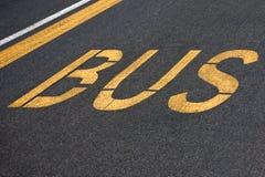 Bus scritto su asfalto Fotografia Stock Libera da Diritti