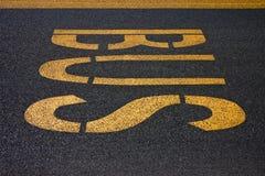 Bus scritto su asfalto Fotografia Stock