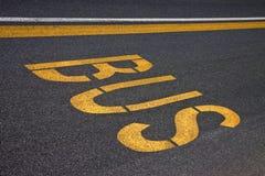 Bus scritto su asfalto Immagine Stock Libera da Diritti
