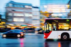 Bus in stadsverkeer in motieonduidelijk beeld Royalty-vrije Stock Fotografie