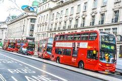 Bus in Straße Londons Oxford Lizenzfreies Stockbild