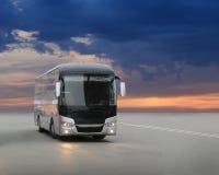 Bus su asfalto nella sera sul tramonto fotografia stock libera da diritti