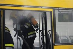Bus su fuoco sulla via Fotografia Stock