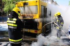 Bus su fuoco sulla via Fotografie Stock