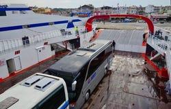 Bus sul rotolo greco dell'isola su rotolo fuori dal traghetto, Grecia fotografie stock libere da diritti