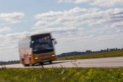 Bus sulla strada con mosso Fondo vago di immagine colo fotografia stock