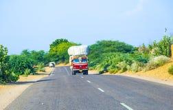 Bus terrestre alla strada principale di Jodhpur nel Ragiastan, India Fotografia Stock