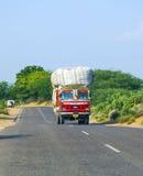 Bus terrestre alla strada principale di Jodhpur nel Ragiastan, India Fotografie Stock Libere da Diritti