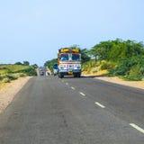 Bus terrestre alla strada principale di Jodhpur nel Ragiastan, India Immagini Stock