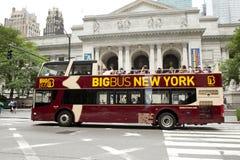 Bus touristique d'autobus à impériale devant la bibliothèque de New York City Photo libre de droits