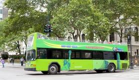 Bus touristique d'autobus à impériale devant la bibliothèque de New York City Photographie stock libre de droits