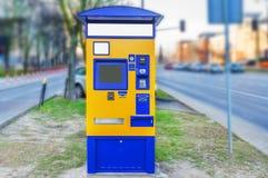 Bus, tram en treinterminal voor aankoop van kaartjes op straat royalty-vrije stock afbeelding