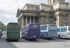 Bus turístico cerca de la catedral de Kazán en St Petersburg, Rusia Fotografía de archivo