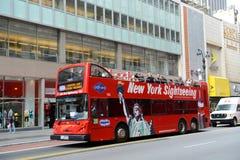 Bus turístico de Grey Line en la 34ta calle en NYC Imagen de archivo libre de regalías