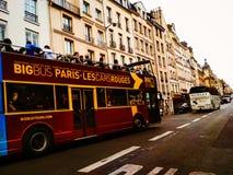 Bus turístico de París con los turistas foto de archivo