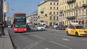 Bus turístico del autobús de dos pisos del salto del ` del sistema en el salto del ` St Petersburg almacen de metraje de vídeo