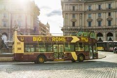 Bus turístico en Roma, Italia Imágenes de archivo libres de regalías