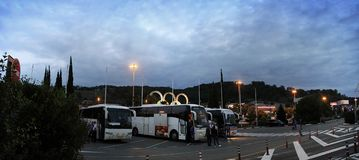 Bus turistici all'aeroporto in Soci La Russia Immagini Stock Libere da Diritti