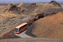Bus turistico nel deserto di Timanfaya, Lanzarote immagini stock libere da diritti