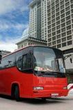 Bus turistico rosso (percorso di residuo della potatura meccanica Fotografia Stock Libera da Diritti