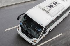 bus turistico su una strada multi-corsia fotografia stock