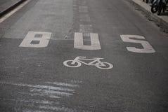 Bus u. Fahrrad Lizenzfreie Stockbilder