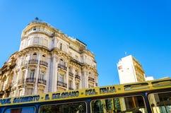 Bus und Architektur Stockbilder
