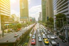 Bus und Motorräder versuchen, sich in einen Stau im Geschäftsgebiet von Bangkok zu bewegen Die Hauptstadt Thailands ist für sein  stockbilder