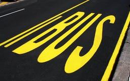 Bus undertecknar på vägen Royaltyfria Foton