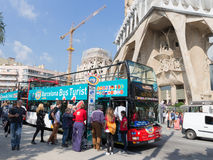Bus vóór de tempel van de Heilige Familie Stock Foto's