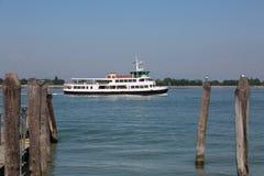 Bus veneziano dell'acqua per trasportare i turisti all'attracco di attimo di Venezia fotografia stock